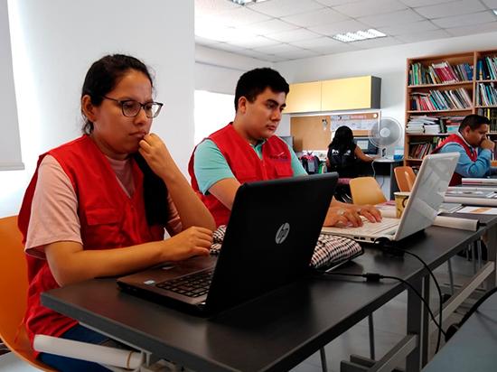 Equipo de voluntarios y voluntarias de la Red Anticorrupción revisando los portales de transparencia de las universidades